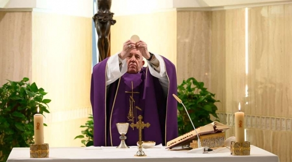 El Papa Francisco ofrece la Misa por las personas sin hogar expuestas al coronavirus