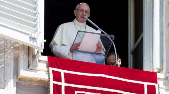 Acudir a un adivino a que lea la mano no es cristiano, afirma el Papa Francisco