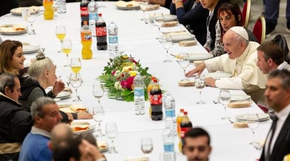 El Papa Francisco almuerza en el Vaticano con pobres