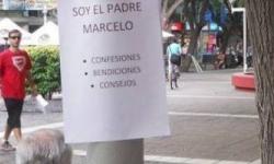 Un cura argentino se instala una semana en un banco de la calle para confesar, orar y consolar